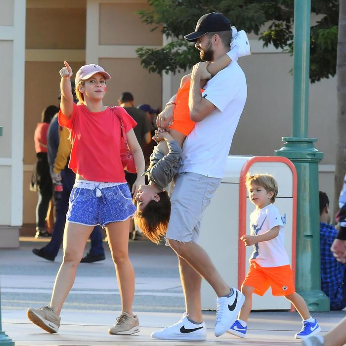 Nada de crisis: Gerard Piqué y Shakira de vacaciones en Disney