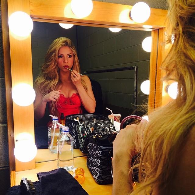 Shakira maquillandose