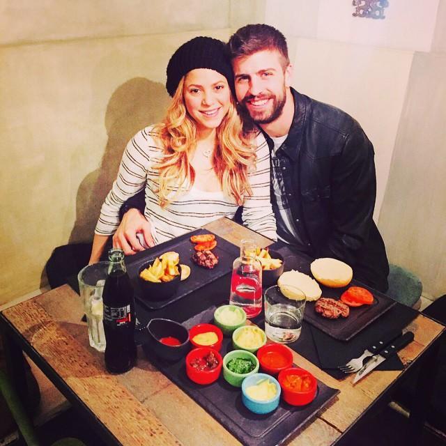 Shakira y Gerard Piqué en un restaurante