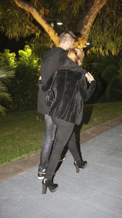 Shakira y Piqué abrazados