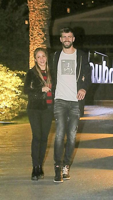 Shakira y Piqué caminando