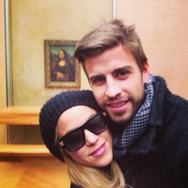 Shakira y Gerard Piqué posando en frente de la mona lisa