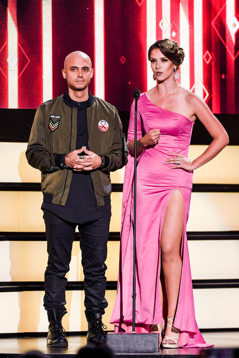 Sie7e y Carolina Miranda, presentadores Premios Tu Mundo, 2016