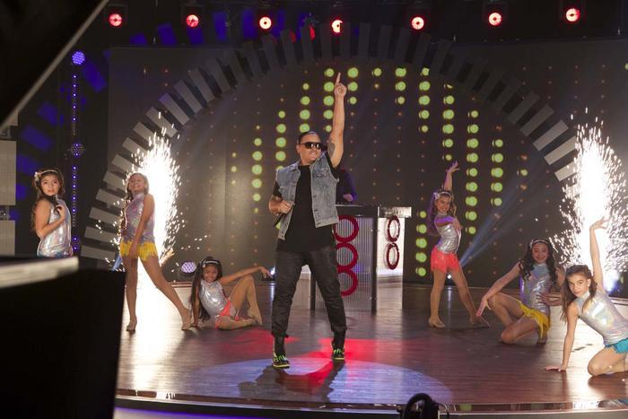 """Elvis Crespo bailando """"Bailar"""" en Siempre Niños"""
