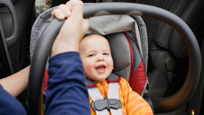 Bebé en asiento para coche