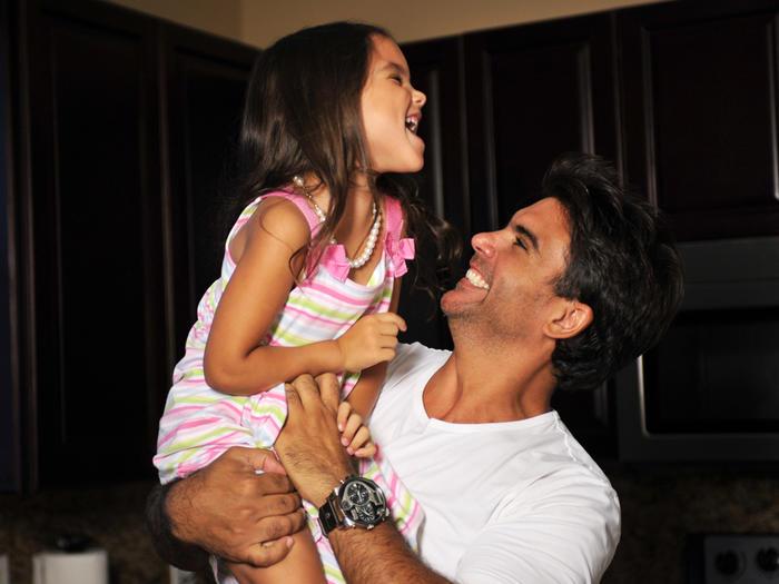 Jorge Luis Pila cargando a su hija