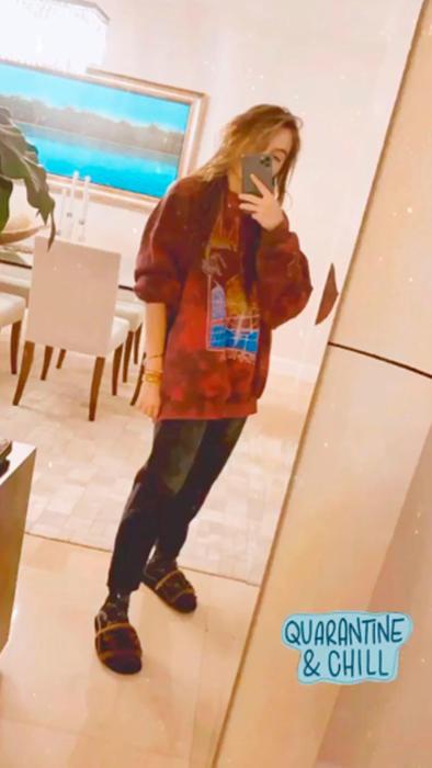 Sofía Castro posando con hoodie