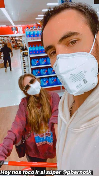 Sofía Castro con su novio Pablo Bernot en el supermercado