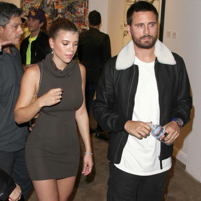 Sofia Richie y Scott Disick en una galería de arte