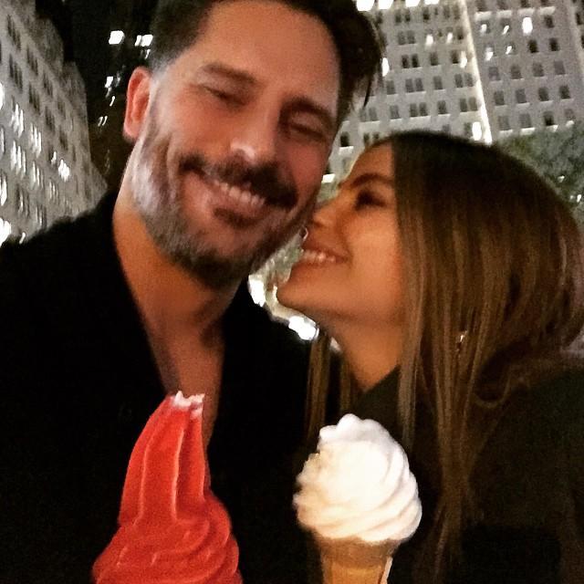Sofía Vergara y Joe Manganiello tomando helado