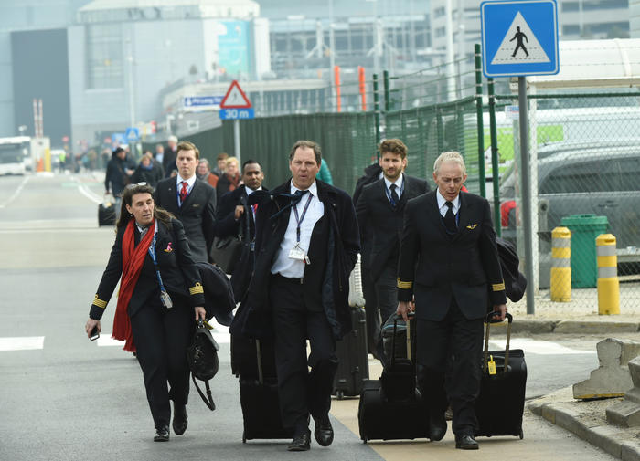 un piloto y la tripulación de cabina son evacuados en autobús del aeropuerto zaventem en bruselas después de una explosión el martes 22 de marzo de 2016.