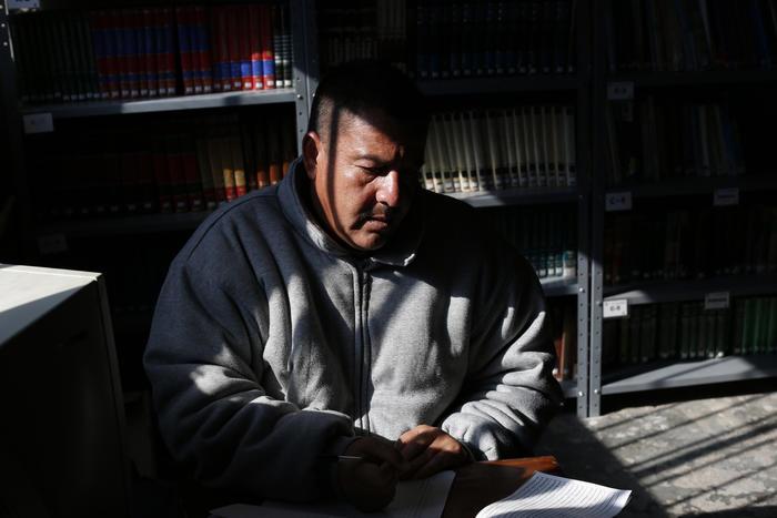 Un preso estudia en la biblioteca de la cárcel en Ciudad Juárez, 17 de enero de 2016.