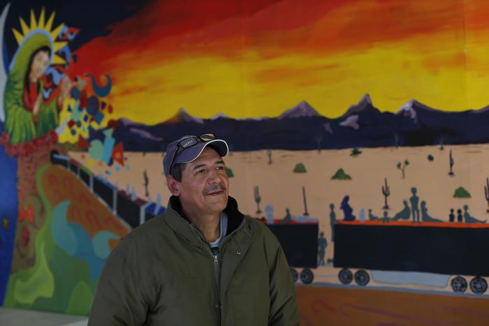 Monserrat Muñoz, recientemente deportado de Estados Unidos, habla con la Associated Press en un refugio para migrantes en Ciudad Juárez, 17 de enero de 2016.
