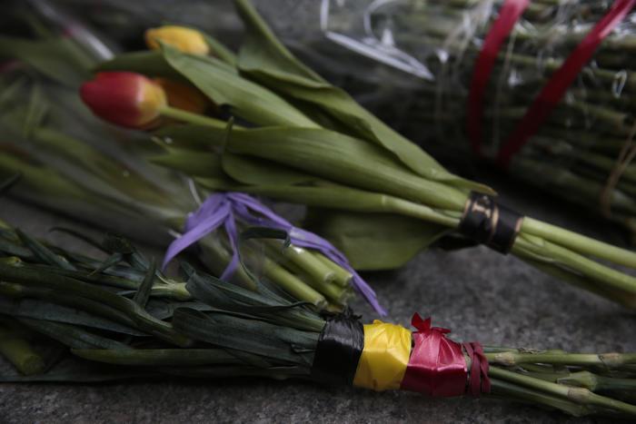flores envueltas en listones con los colores de la bandera belga son colocadas afuera de la embajada de bélgica en moscú, rusia, el martes 22 de marzo de 2016.