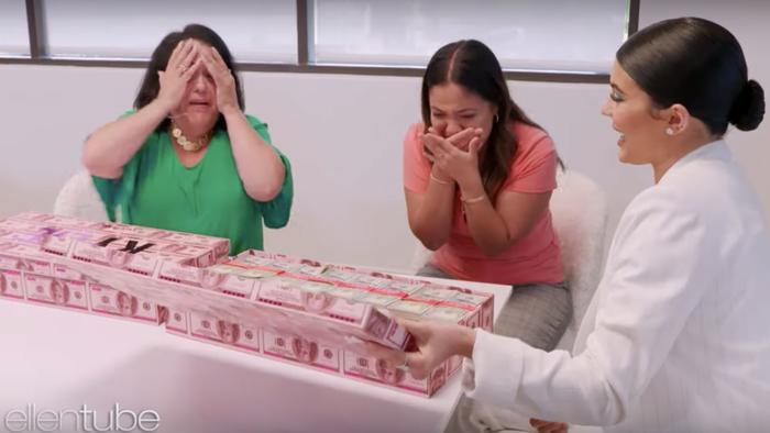 Kylie Jenner da cajas con dinero