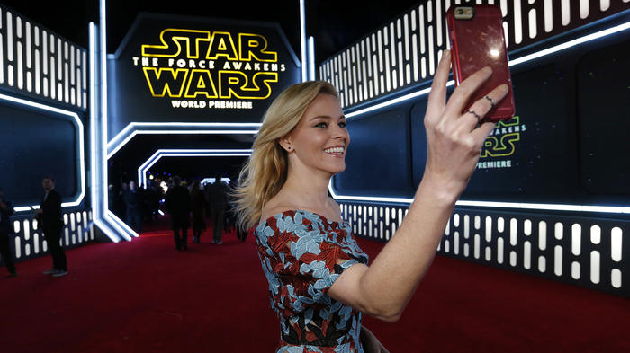 """Actress Elizabeth Banks takes a selfie as she arrives at the premiere of """"Star Wars: The Force Awakens"""" in Hollywood"""