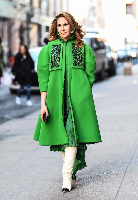 Mujer con abrigo verde durante la semana de la moda de Nueva York