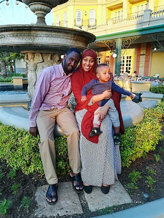 Sudi Wardere junto a su esposo