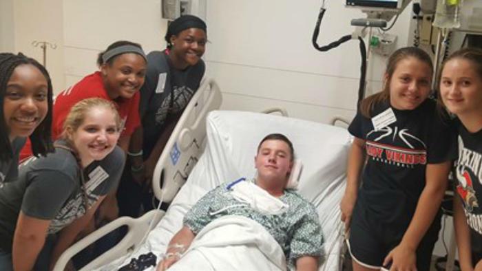 Tanner Noble en el hospital con sus amigos
