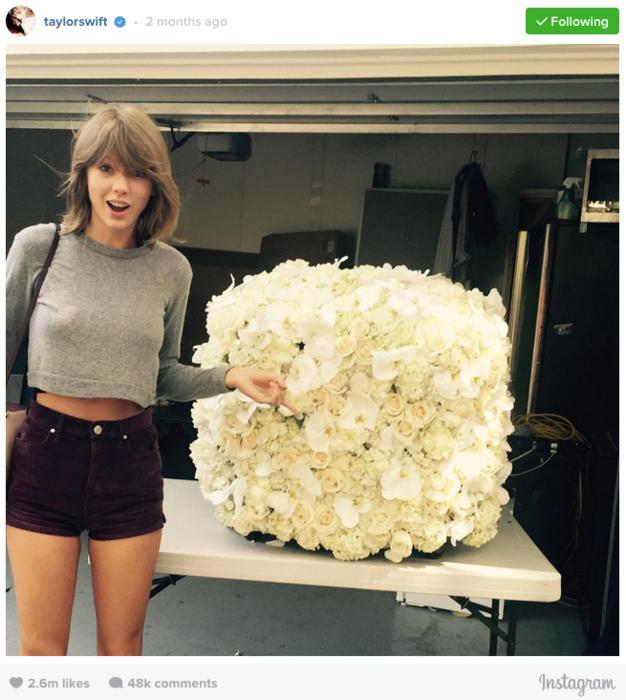 Taylor Swift junto a un ramo de flores