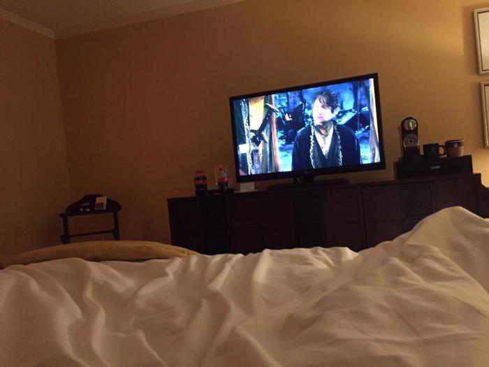 Nick Gordon viendo la película 'The Hobbit'