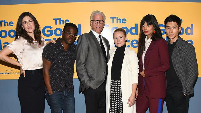 """Kristen Bell con el reparto de """"The Good Place"""""""