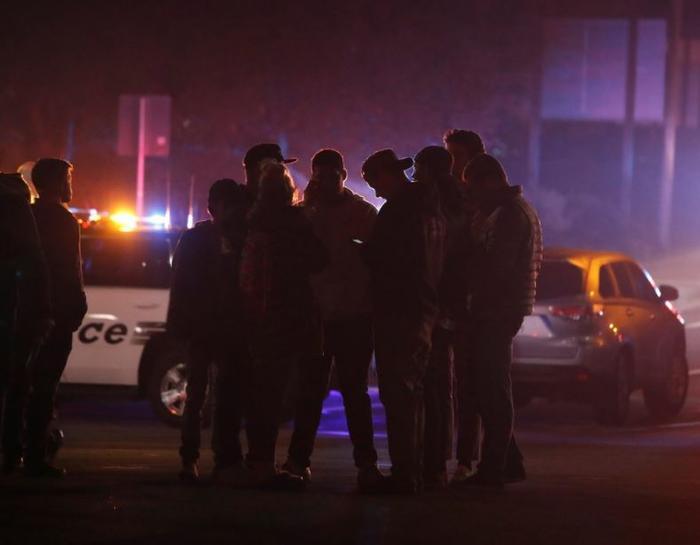 Amigos de los presentes en el tiroteo del bar Borderline esperan para recibir noticias suyas, en la localidad de Thousand Oaks, California, Estados Unidos, hoy 8 de noviembre de 2018.