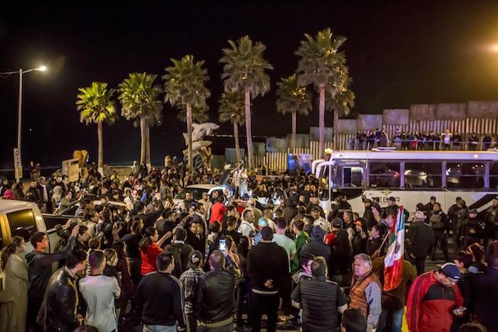 Migrantes arriban a la zona conocida como Playas de Tijuana, justo donde se ubica la barda que divide a México de Estados Unidos