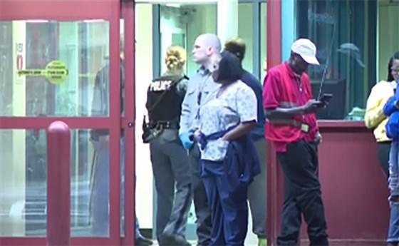 Captura de un video que muestra a personas cerca de la entrada al Hospital Universitario Upstate después de que varias víctimas hayan sido disparadas este jueves en Syracuse, Nueva York.