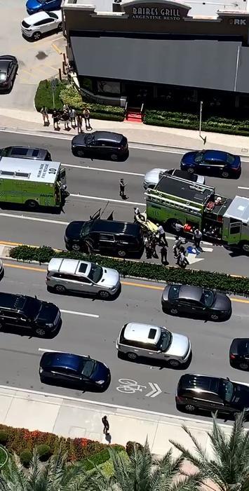 Fotografía de la zona donde se registró un tiroteo, cerca de un hotel Trump en Sunny Isles (Florida)