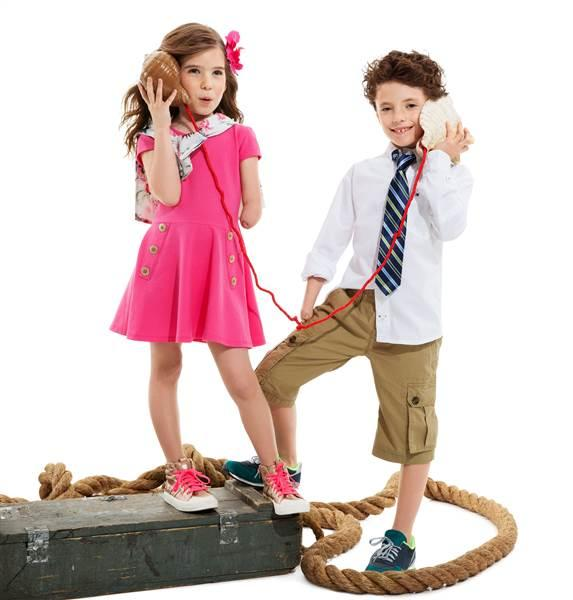 Niños modelando diseños de Tommy Hilfiger