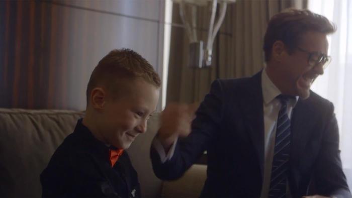 Tony Stark entrega brazo biónico a niño.