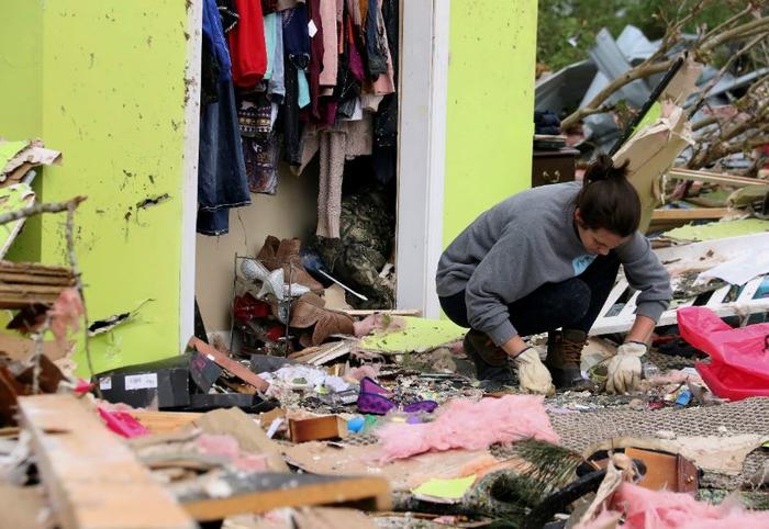Leslie Harrington ayudar a un ex vecino a recuperar objetos personas en las afueras de Hamilton, Mississippi.