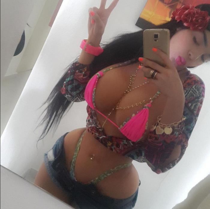 Aleira Avedaño usa un corsé 23 horas al día, en un bikini