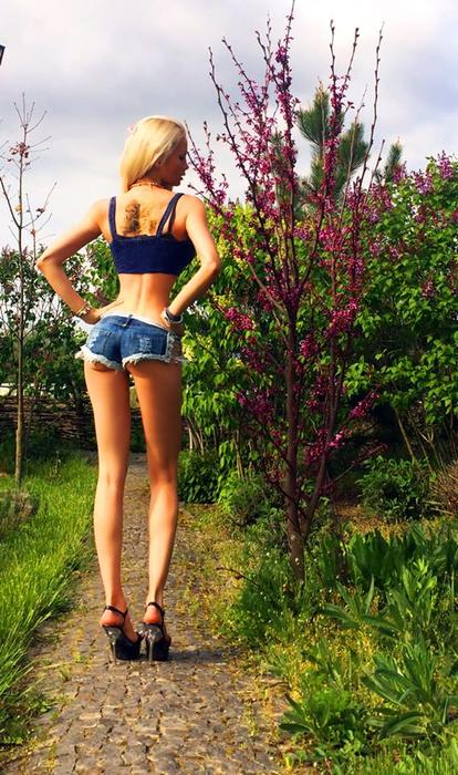 Valeria Lukyanova en shorts de jean, de espaldas