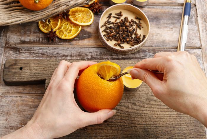 Sacando la pulpa de una naranja