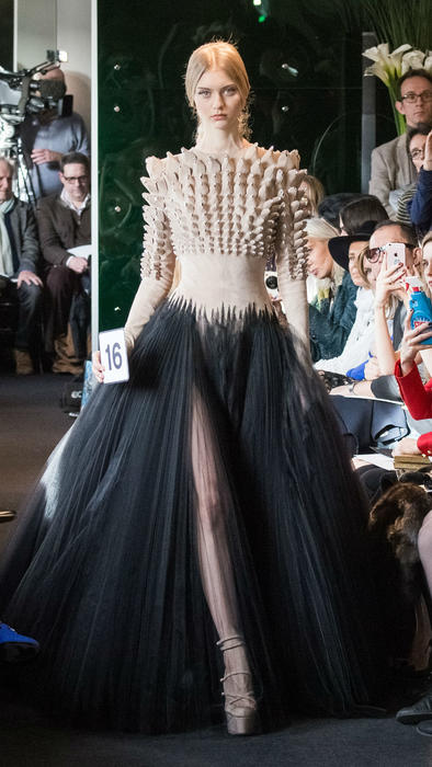Vestido de picos de Stéphane Rolland en la Semana de la Moda Haute Couture de París