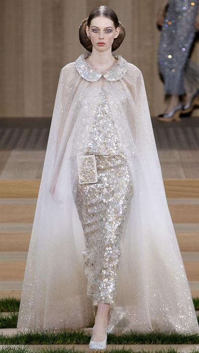 Vestido brillante con capa de Chanel en la Semana de la Moda Haute Couture de París