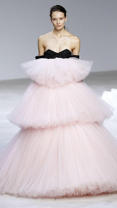 Vestido rosa y negro de Giambattista Valli en la Semana de la Moda de París