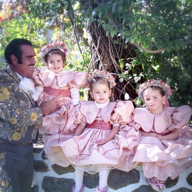 Vicente Fernández con sus nietas