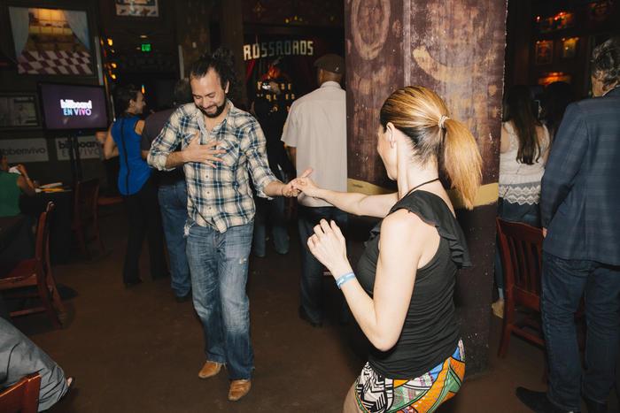 El público bailando en el Billboard en Vivo con Victor Manuelle