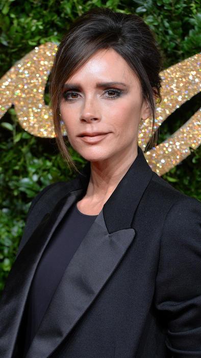 Victoria Beckham con blazer y blusa negros