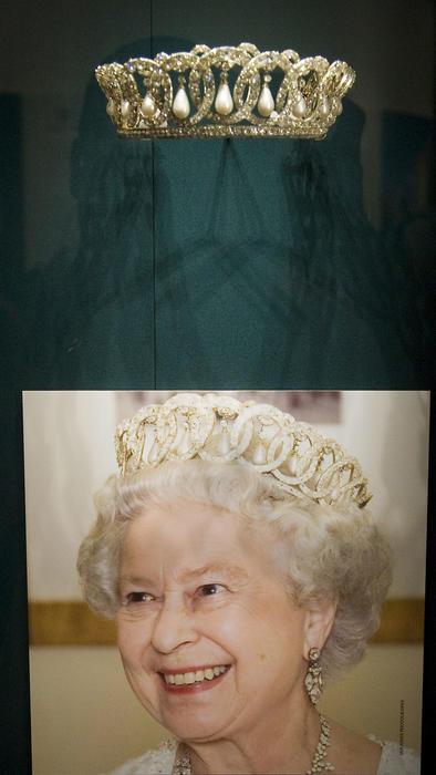 Tiara Vladimir con perlas en el Palacio de Buckingham
