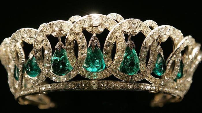 Tiara Vladimir de la Reina Isabel II se exhibe en el Palacio de Buckingham
