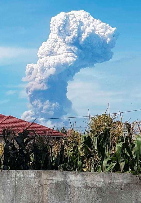 Columna de cenina que deja el volcán Soputan en erupción este miércoles.