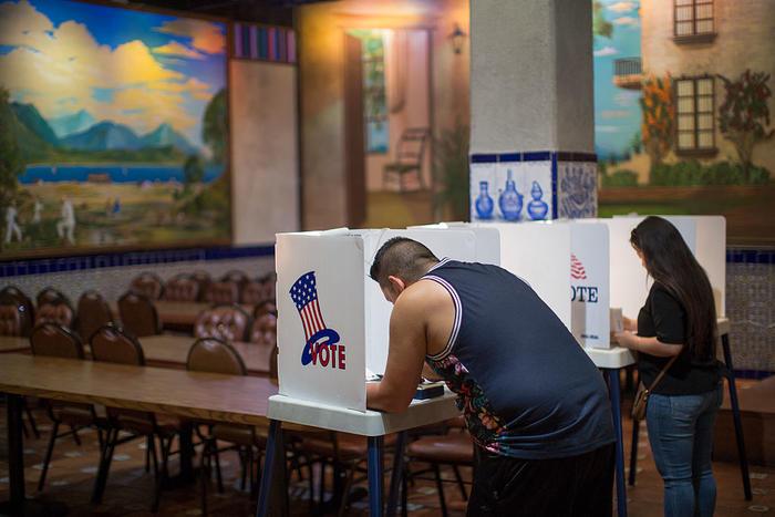 Latinos votan en Los Ángeles, California, durante las elecciones presidenciales de 2016.