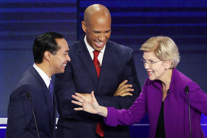 El ex precandidato presidencial demócrata Julián Castro (izq.) junto a la senadora Elizabeth Warren durante el primer debate del Partido Demócrata en Florida, en junio de 2019. Foto: (Getty Images).
