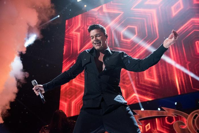 Ricky Martin cantando La Mordidita en iHeartRadio 2017