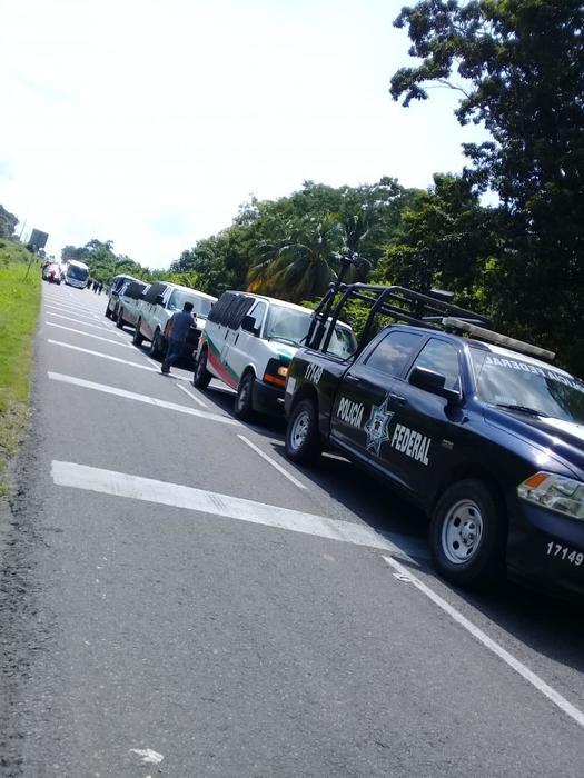 Camionetas de la Policía Federal bloquean el paso en la carretera Tapanatepec.