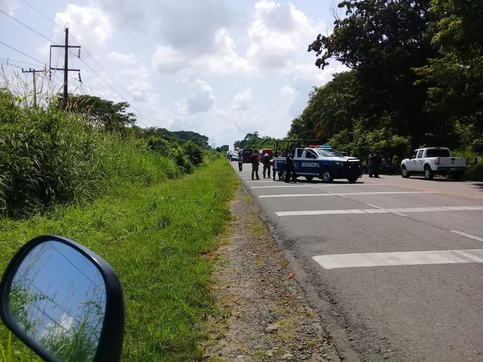 Camionetas de la Policía Federal de México custodian una carretera.